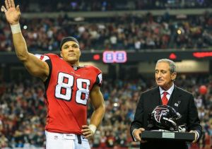 Tony Gonzalez caught four passes for 56 yards in the last game of his career. (Daniel Shirey)